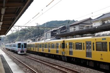 2021年7月23日。仏子。中線に止まる4009Fの上り回送列車(左)と、到着する2465F+2073Fの4107レ。