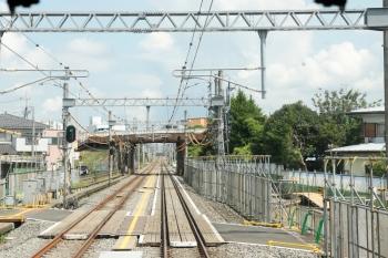 2021年7月24日。武蔵藤沢。右手に工事の事務所があって、現場は奥の跨線橋。
