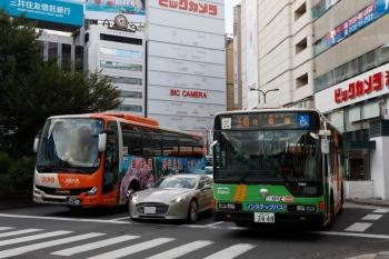 2021年7月24日 17時過ぎ。池袋駅東口前。二本松市PR車体広告の福島交通の高速バス(左)と「北車庫」ゆき都バス(右)。