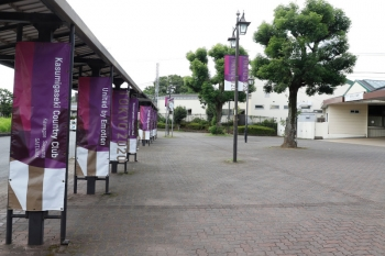 2021年7月24日。稲荷山公園駅の上りホーム方の駅前。