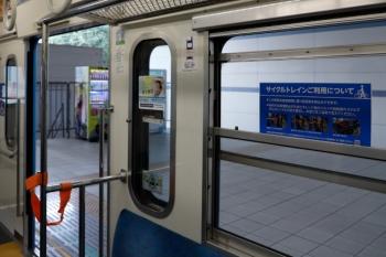 2021年7月24日。武蔵境。クハ1251の車内。窓に「サイクルトレインご利用について」シールが貼られ、シート端のパイプには自転車固定用の帯が用意されています。