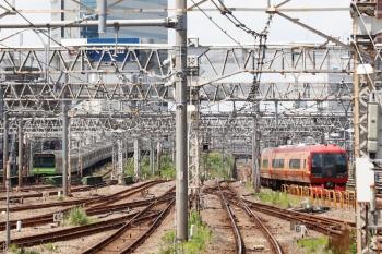 2021年7月24日 13時0分頃。新宿。山手線のE235系(左)と、発車した253系の特急「きぬがわ5号」(右)。