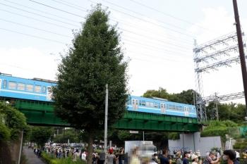 2021年7月24日 11時5分頃。新小金井〜多磨駅間。世界の自転車ロードレースのトップクラス選手たちが通過した直後に、上を多摩川線の上り列車が通過。