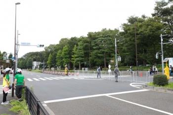 2021年7月24日 11時5分頃。新小金井〜多磨駅間。選手たちが通過した後の東八道路。上の写真とは、多摩川線を挟んで反対側です。ここでも自衛隊員さんが交通整理。