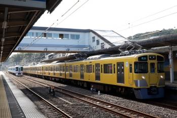 2021年7月25日 7時11分頃。仏子。2465F;2073Fの4107レと、中線に止まる4009Fの上り回送列車()左奥。