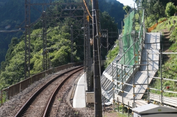 2021年7月25日。吾野〜西吾野駅間。築堤下を貫通する工事用のトンネルから、崖の補強工事箇所へ、線路脇を通路が設置されていました。