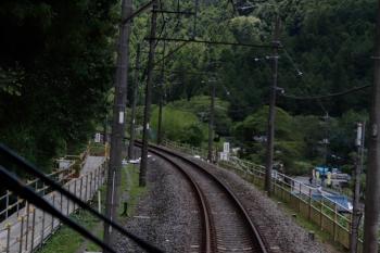 2021年7月25日。吾野〜西吾野駅間。前日に道路上から見た、築堤を貫通するモノレール用トンネル付近です。