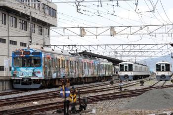2021年7月25日 11時58分頃。秩父。西武4000系2本が留置されている横に秩父鉄道のラッピング電車が到着。