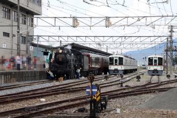 2021年7月15日 12時5分頃。秩父。西武4000系2本が留置されている横に三峰口ゆきSL列車が到着。乗務員さんが蒸機の足回りを点検していると、三峰口ゆきが後ろから迫ってきました。