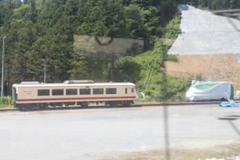 2021年7月25日お昼。横瀬駅。廃車置き場に1両だけ残されたレッドアロークラッシク塗装のクハ10005?。