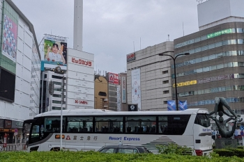 2021年7月30日 7時11分頃。池袋駅東口前。富士山駅ゆきの高速バス。