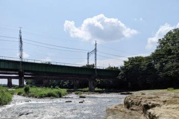 2021年8月1日。仏子〜元加治駅間。河原から見た入間川橋梁。右手が元加治駅です。