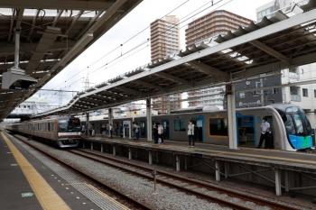 2021年8月7日。小手指。仏子駅で東急5122Fの上り回送列車を追い抜いてきたであろう、40106Fの4118レと、到着するメトロ10029Fの1706レ。