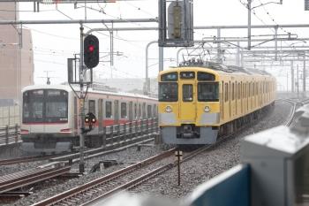 2021年8月7日。練馬。発車した2465F+2077Fの4120レ(右)と東急4108Fの1808レ。