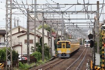 2021年8月8日。武蔵藤沢。狭山ヶ丘駅方ですれ違う、2463F+2091Fの4122レと4009Fの下り列車。