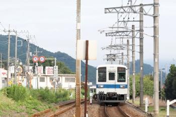 2021年8月9日 6時39分頃。越生〜毛呂(JR)・武州唐沢(東武)駅間。上り列車の並走を無理やり撮影。