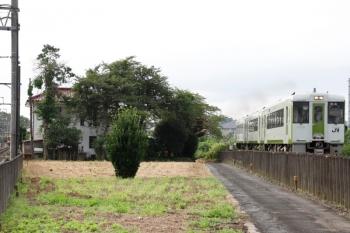 2021年8月9日 6時44分頃。越生〜毛呂(JR)・武州唐沢(東武)駅間。左端は武州唐沢駅に停車中の、復刻塗装の越生ゆき東武8000系。右はキハ100系3連の高崎ゆき。