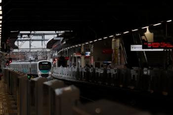 20210年8月14日。所沢。本川越方の新宿線から、池袋線4番ホームへ到着する、38118Fの西武球場前ゆき8092レ。