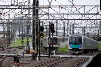 2021年8月15日。所沢。電留線(W)で折り返を待つ57K運用の東急4111F(中央奥)と、401555Fの2636レ。