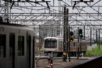 2021年8月15日。所沢。電留線(W)から3番ホームへ進む東急4111Fと、2番ホームから発車する40104Fの2806レ。