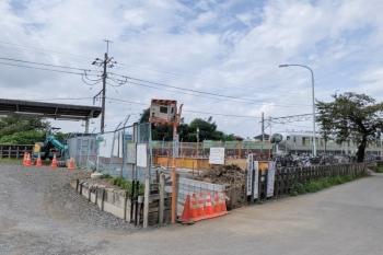2021年8月22日。元加治。右手が飯能で、左手に元加治駅の駅舎があります。