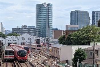 2021年8月22日 13時30分頃。茗荷谷〜後楽園駅間。小石川車両基地と横を通る02系・2000系。