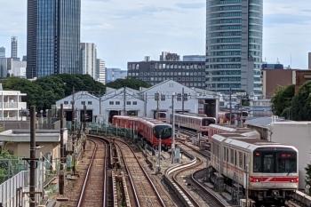 2021年8月22日 13時41分頃。茗荷谷〜後楽園駅間。小石川車両基地の右奥から手前へ02系が出てきました。