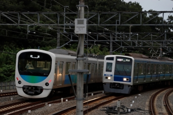 2021年8月29日。入間市。6106Fの1715レ(右)と38113Fの上り回送列車。