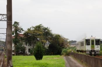 2021年8月29日 7時7分頃。越生〜毛呂(JR)・武州唐沢(東武)。JRの高崎ゆき(右)と越生ゆきのおでこ(左奥)。