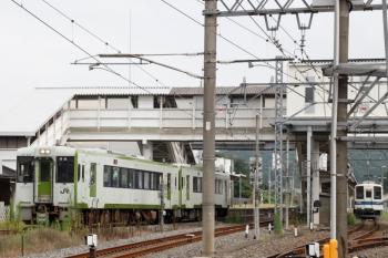2021年8月29日 7時24分頃。越生。東武越生線(右端)と、発車したJRキハ110形2連の高麗川ゆき。