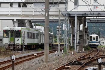 2021年8月29日 7時38分頃。越生。東武越生線(右端)と、到着するJRキハ112-205+キハ111-205の高崎ゆき。