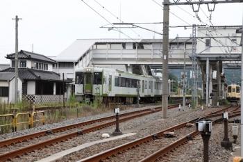 2021年8月29日 7時51分頃。越生。発車した高麗川ゆきの到着するキハ112-208+キハ111-208(左)と、セイジクリーム塗装の東武越生線(右端)。
