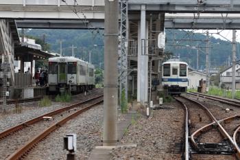 2021年8月29日 8時0分頃。越生。上の写真の直後に一般色の東武8000系越生ゆきも到着(右)。