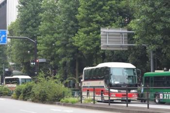 2021年9月1日 8時11分頃。池袋。東口の駅前バス停に2台が並んだ千曲バス。