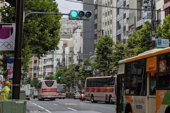 2021年9月2日 8時半頃。高田馬場駅の東側の早稲田通り。都バスに混じって行き交う観光バス。