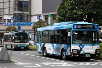 2021年9月5日 15時半頃。所沢駅西口。新旧塗装の2台の西武バス。
