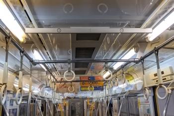 2021年9月6日 朝。2091Fの車内。天井両脇の空調用と思われる穴の列は、1列分はまだお手製カバー付きでした。