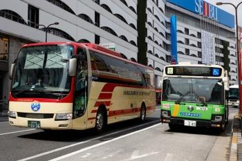 2021年9月11日。池袋駅東口前。左が長電バスで右が都バス。都バスの後方に小さく日本中央バス。
