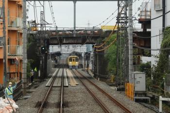 2021年9月11日。武蔵藤沢〜稲荷山公園駅間。武蔵藤沢駅近く。手前の道路橋を架替え工事中ですが、それとは無関係なはずのバラスト袋が線路脇におかれ作業員さんたちも立っています。