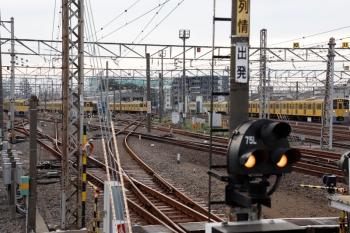2021年9月13日 6時8分頃。上石神井。左端が、中線へ入った2411F+2061Fの回送列車。