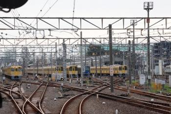2021年9月13日 6時13分頃。上石神井。中線へ入った2411F+2061Fの回送列車に職員さんが向かいます。