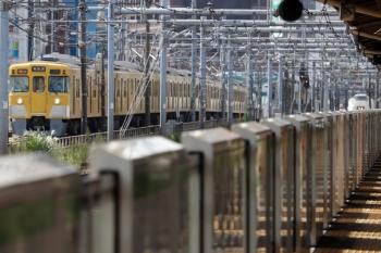 2021年9月13日 9時31分頃。新大久保(西武新宿〜高田馬場)。左は2403F+4+4連の、6分ほど遅れの2807レ。右奥はスワローあかぎ4号 4004Mの折り返しの回送のはずのJR東日本 651系。