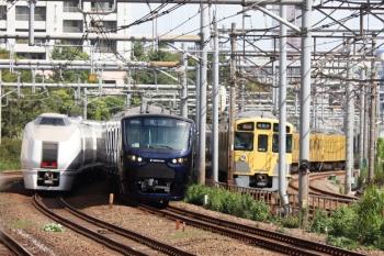 2021年9月13日 9時31分頃。新大久保(西武新宿〜高田馬場)。2403F+4+4連と651系が通過し振り返ると、相鉄の12000系の回送列車が池袋から新宿へ向かってきてました。