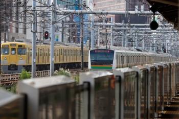 2021年9月13日 8時23分頃。新大久保(西武新宿〜高田馬場)。2411F+2061Fのおそらく4306レと、E233系の湘南新宿ライン。