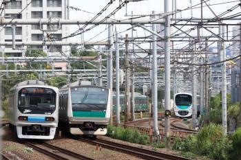 2021年9月13日 8時25分頃。新大久保(西武新宿〜高田馬場)。埼京線のE233系と70-000形がすれ違い、38115Fの5810レ。