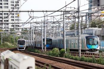 2021年9月13日 8時39分頃。新大久保(西武新宿〜高田馬場)。右から、40106Fの2754レ、20101Fの2619レ、埼京線の70-000形。