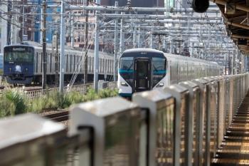 2021年9月13日 8時50分頃。新大久保(西武新宿〜高田馬場)。JRのE257系2000番代の北行(右、新宿8時33分着の特急 湘南24号・3094Mの車両の回送でしょうか)と20105Fの2618レ。