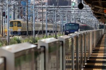 2021年9月13日 9時1分頃。新大久保(西武新宿〜高田馬場)。相鉄12105Fの4977Kと2451F+2059Fの2620レ。