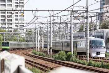 2021年9月13日 9時3分頃。新大久保(西武新宿〜高田馬場)。10108Fの110レと山手線・内回りのE235系。