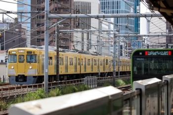 2021年9月13日 9時41分頃。新大久保(西武新宿〜高田馬場)。2401F+2057Fの下り回送列車と、山手線・内回りのE235系。